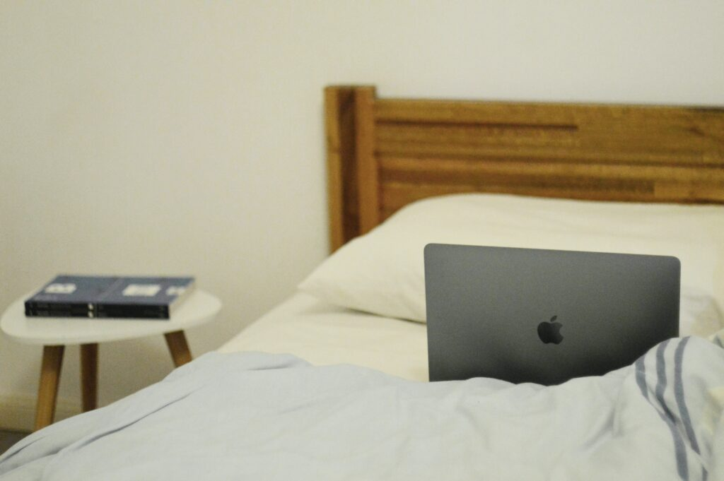 Do laptops overheat on beds